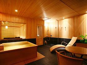 翠山亭倶楽部 定山渓 スパリビング客室90㎡~リビングが浴室という斬新な設え