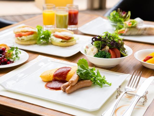 神戸ベイシェラトン ホテル&タワーズ 陽光注ぐ朝のレストランで50種類以上の和洋バイキング★オムレツやフレンチトーストのライブクッキングも