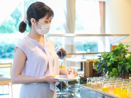 ザ エディスターホテル成田 / シンプルステイ / 明るい光の差し込むレストランでゆっくりとした朝食を