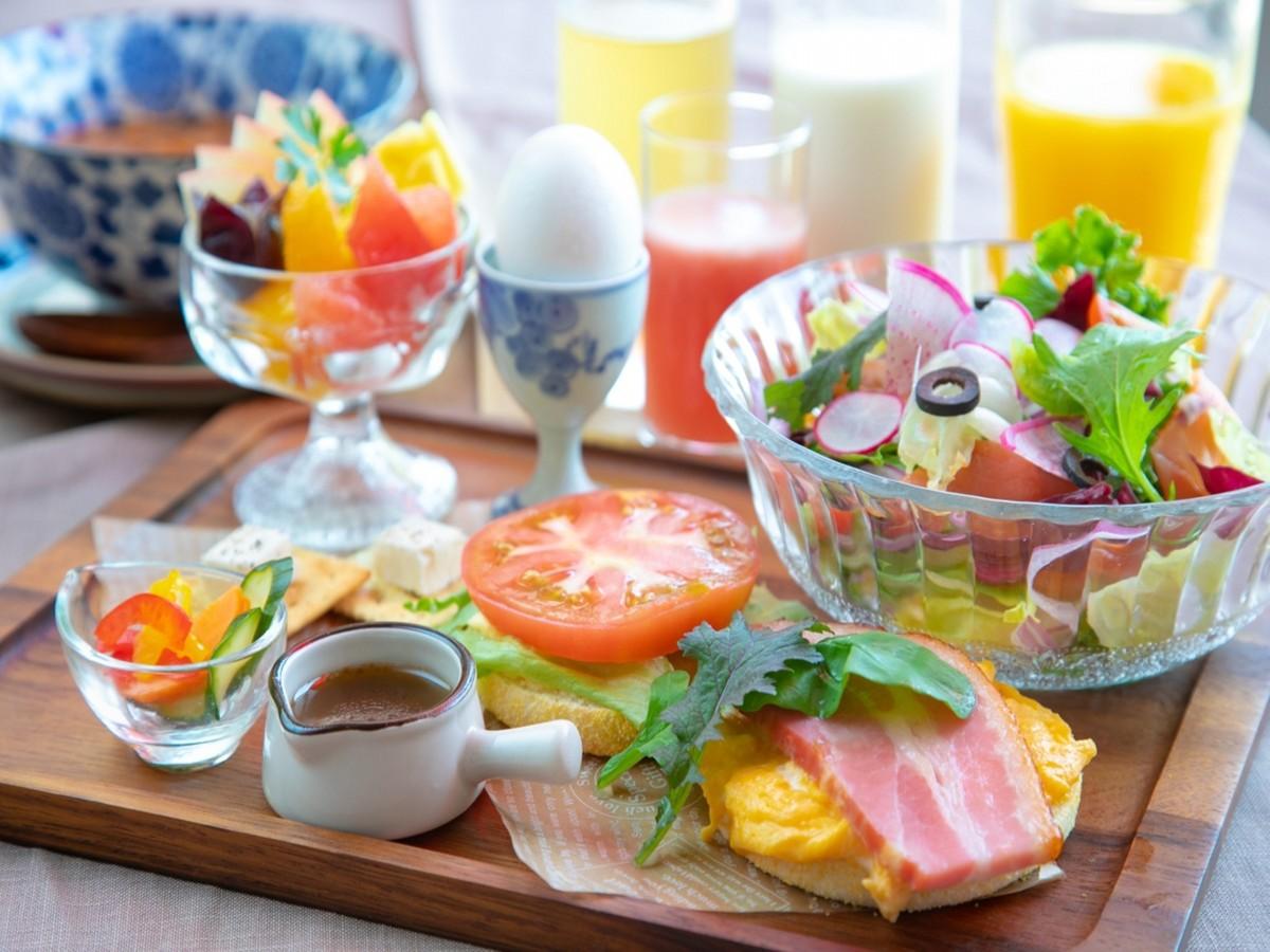 ホテルエール / フレッシュ野菜と厚切りベーコンマフィンの朝食♪