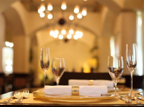 ホテル日航アリビラ ヨミタンリゾート沖縄 <14日前予約 Luxury割>フレンチ限定ディナー&ラグジュアリーな客室で贅沢ステイ/朝食&夕食付