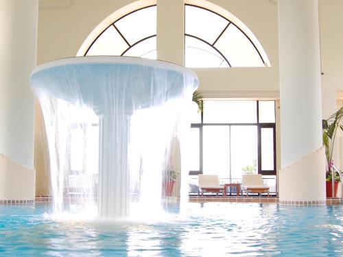 ホテル日航アリビラ ヨミタンリゾート沖縄 <屋内プールフリーパス>癒しのアクアに包まれて/朝食付