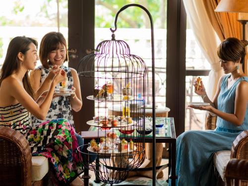 ホテル日航アリビラ ヨミタンリゾート沖縄 <アリビラスイート>ご褒美スイーツ・バードケージアフタヌーンティー/朝食&夕食付き